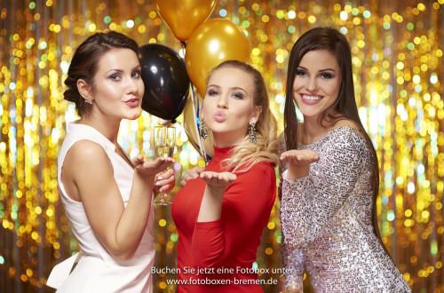 3 Frauen vor einer Fotobox